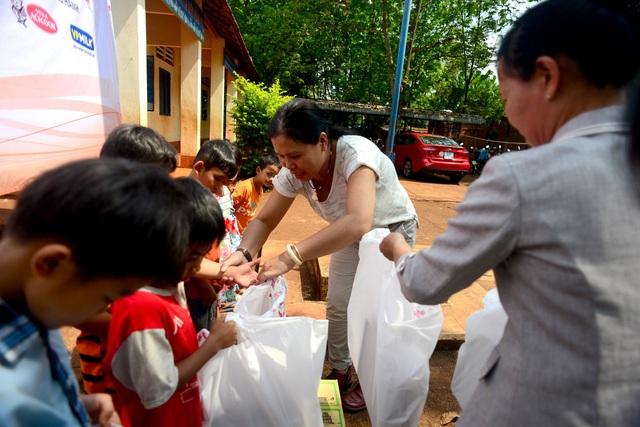 """Dân trí mang """"Xuân yêu thương"""" đến với giáo viên tỉnh Bình Phước - 1"""