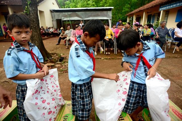 """Dân trí mang """"Xuân yêu thương"""" đến với giáo viên tỉnh Bình Phước - 17"""