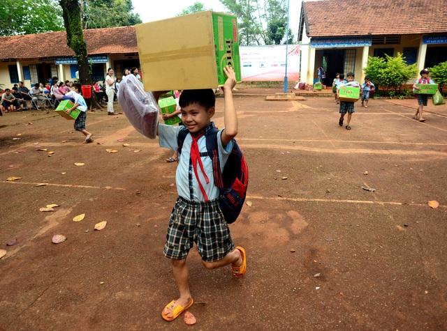 """Dân trí mang """"Xuân yêu thương"""" đến với giáo viên tỉnh Bình Phước - 14"""