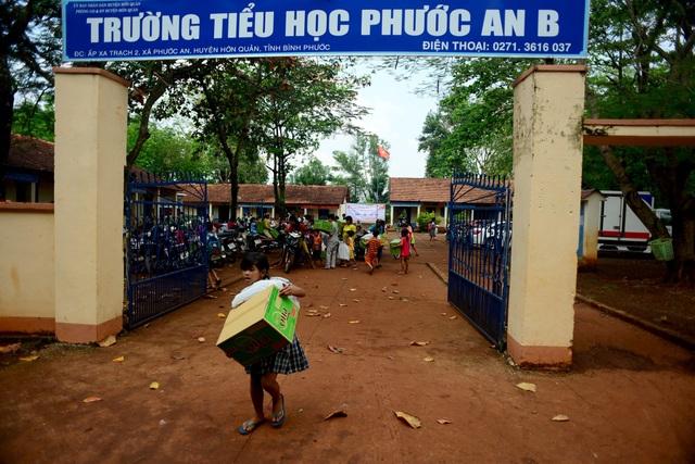 """Dân trí mang """"Xuân yêu thương"""" đến với giáo viên tỉnh Bình Phước - 13"""