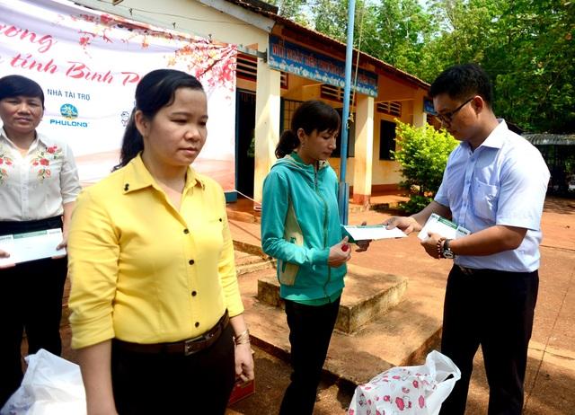 """Dân trí mang """"Xuân yêu thương"""" đến với giáo viên tỉnh Bình Phước - 7"""