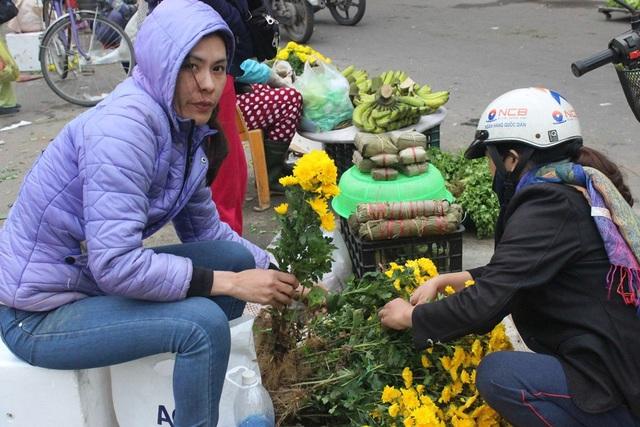 Hoa tươi, trái cây, tấp nập người mua tại các chợ