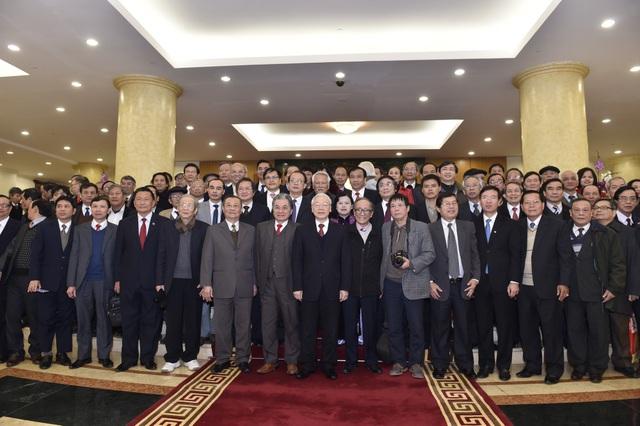 Tổng Bí thư chụp ảnh lưu niệm cùng các nhà khoa học, văn nghệ sĩ tham gia cuộc gặp mặt chúc tết.