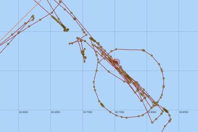 Tàu tìm kiếm MH370 bất ngờ tắt định vị 3 ngày. Trước khi mất tích, con tàu di chuyển theo một vòng tròn lớn được cho là khu vực một con tàu chở kho báu bị đắm cách đây hơn 100 năm. (Ảnh: Dailymail)