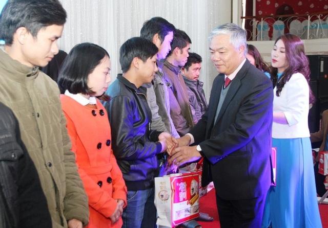 Ông Phạm Đức Châu – Phó Bí thư Thường trực Tỉnh ủy Quảng Trị trao quà cho công nhân, lao động