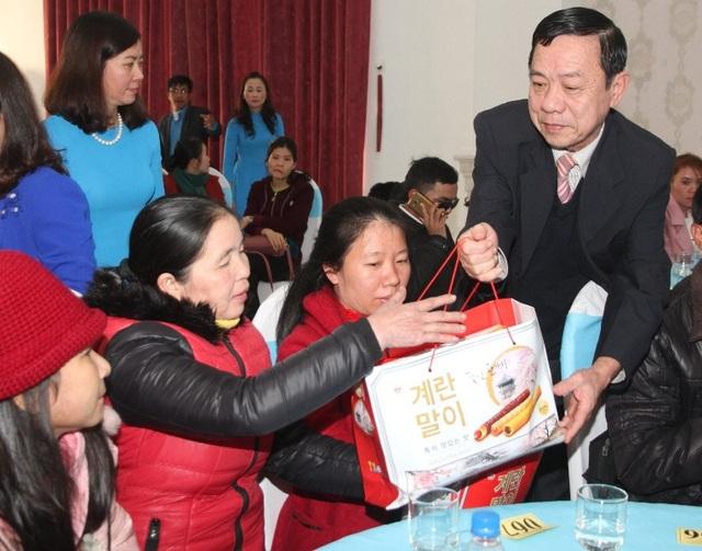 Ông Mai Thức - Phó Chủ tịch Thường trực UBND tỉnh trao quà cho người lao động