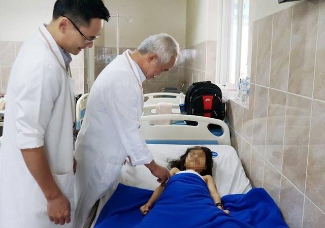 Sau khi tháo bột, trẻ sẽ được vật lý trị liệu phục hồi vận động