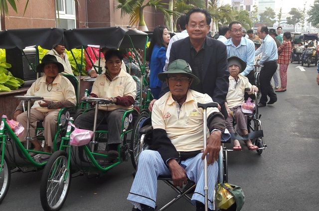 Ông Võ Văn Tuấn, Giám đốc Công ty Xổ số Kiên Giang, cho biết: Mỗi lần tặng quà cho người khuyết tật, ông chỉ mong bà con khỏe mạnh, tiếp tục vươn lên trong cuộc sống