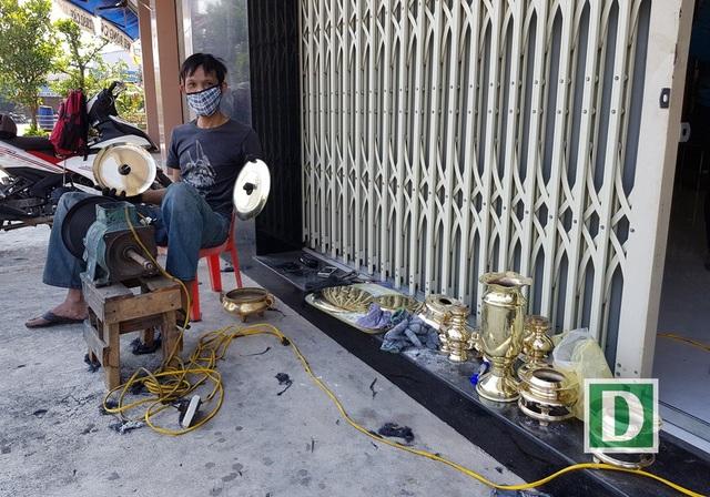 Nghề đánh bóng lư đồng ở Nha Trang đắt khách dịp Tết Nguyên đán