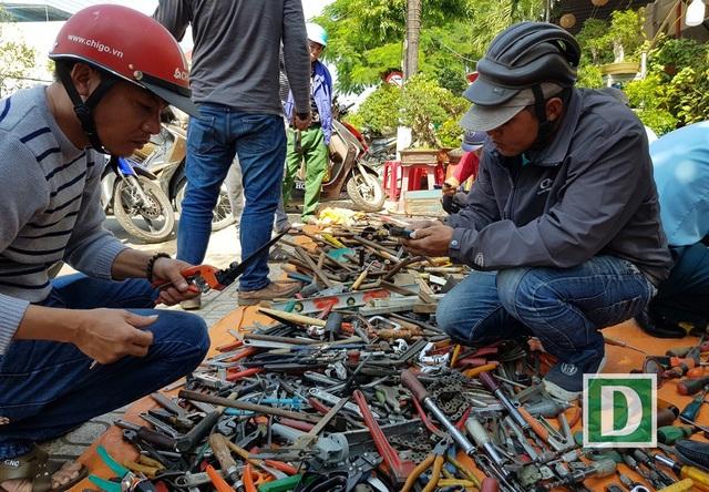 Nhiều người đàn ông ở Nha Trang mê tít những món phụ tùng cũ được bày bán dịp Tết trên đường Lê Thánh Tôn