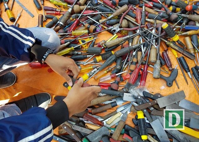 Phụ tùng cũ được bày bán có hàng trăm loại khác nhau rất cần thiết cho công việc gia đình những ngày giáp Tết