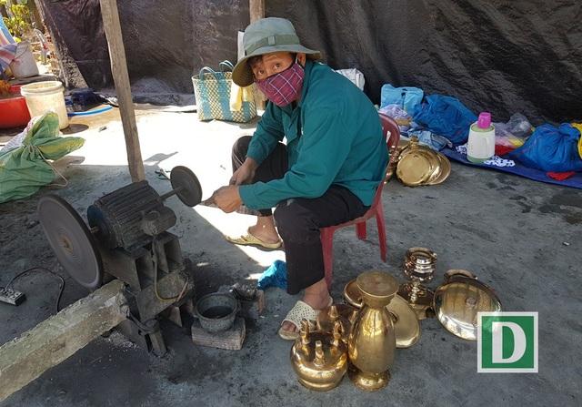 Tại TP Nha Trang, rất nhiều người làm nghề đánh bóng lư đồng dịp Tết, nhất là ở các vùng ven