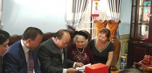 Thủ tướng Nguyễn Xuân Phúc thăm, chúc Tết, tặng quà Mẹ Việt Nam Anh hùng Nguyễn Thị Đơm
