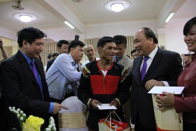 Thủ tướng Chính phủ tặng hàng trăm suất quà đến người nghèo, nạn nhân chất độc màu da cam