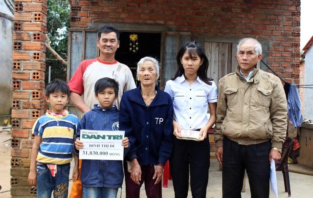 Ông Huỳnh Ngọc Sự trao số tiền 31.830.000 đồng cho cụ Đinh Thị Đi và 3 cháu nhỏ