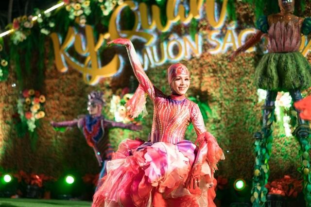 Sân khấu rợp sắc hoa, thêm trang phục sặc sỡ cùng những màn biểu diễn nghệ thuật ấn tượng của dàn nghệ sĩ tài năng khiến ionah show hoàn toàn chinh phục du khách về với phố biển.