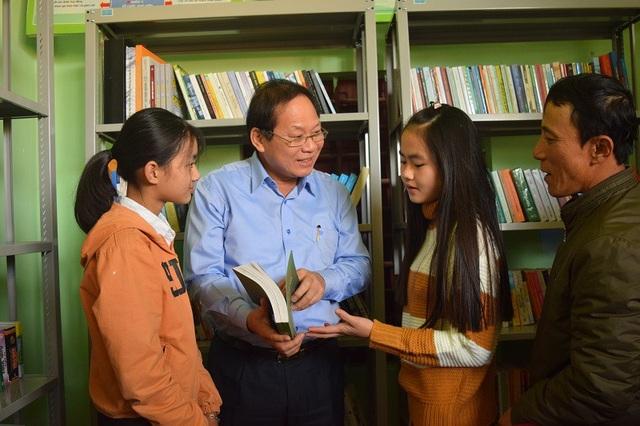 Bộ trưởng Trương Minh Tuấn trong buổi tặng thư viện sách cho người dân và học sinh tại xã Hiền Ninh, huyện Quảng Ninh