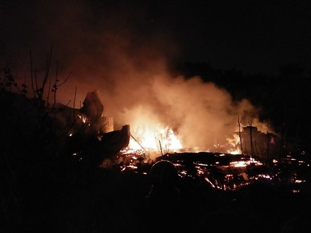 Hiện trường vụ hỏa hoạn trong đêm.