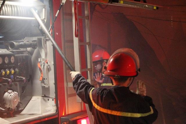 Không lâu sau khi nhận được thông tin, lực lượng PCCC đã có mặt để khống chế đám cháy.