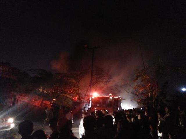 Hà Nội: Xưởng gỗ bốc cháy ngùn ngụt, lan sang xưởng sửa chữa ô tô - 2