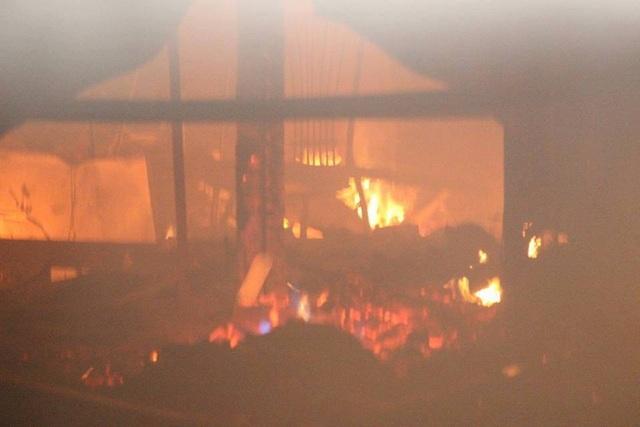 Bên trong nhà xưởng lửa bốc cháy ngùn ngụt.