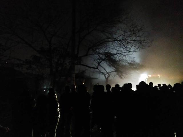 Rất đông người dân hiếu kỳ đứng xem vụ hỏa hoạn.