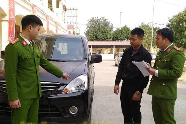 Nguyễn Chung bên chiếc xe gây tai nạn rồi bỏ trốn khỏi hiện trường.