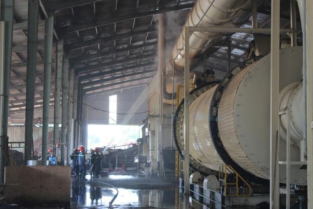 Lực lượng Cảnh sát PCCC phun nước làm mát hệ thống sản xuất viên nén