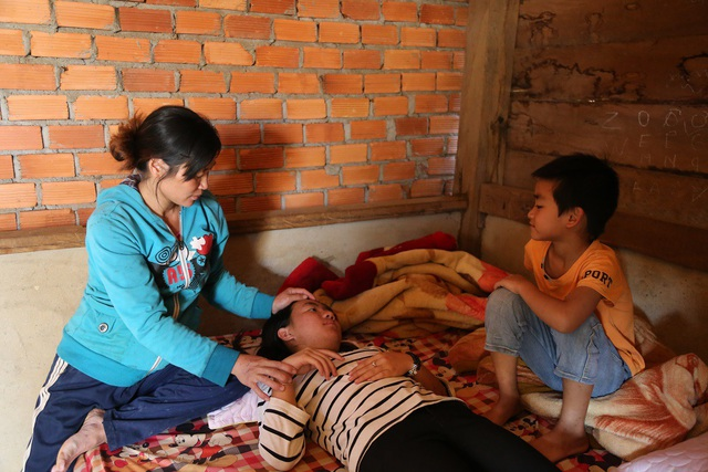 Sợ con lên cơn, chị Hòa phải cho con uống thuốc ngủ để yên tâm đi làm