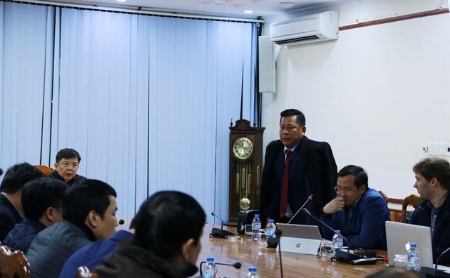 Ông Hoàng Văn Minh, Giám đốc Công ty TNHH Xây dựng & Thương mại Hải Thành (đứng) phát biểu trong buổi làm việc với UBND tỉnh Quảng Bình ngày 5/2