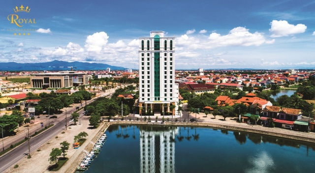 Khách sạn Royal toàn cảnh bên trục đường chính tỉnh Quảng Bình và hồ tuyệt đẹp