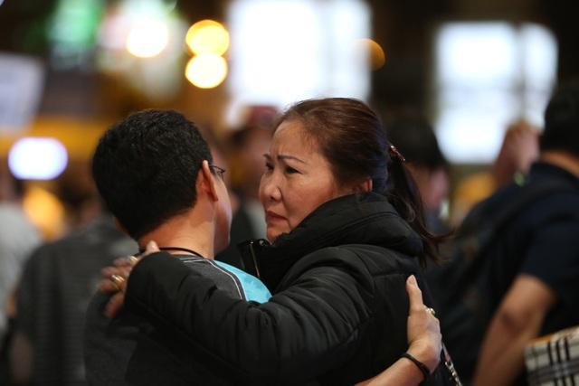 Người mẹ nhào tới ôm con trai khi vừa ra cửa.