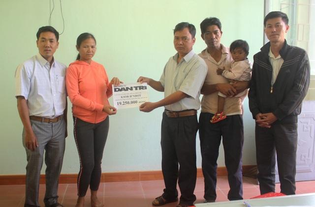 Đại diện chính quyền, hội chữ thập đỏ huyện Phú Thiện đã trao hơn 19 triệu cho gia đình chị Ksor HNhớt