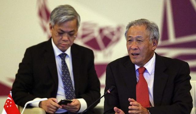 Bộ trưởng Quốc phòng Singapore Ng Eng Hen (phải) trong cuộc họp ASEAN hôm 6-2. Ảnh: AP