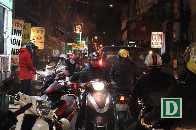 Tắc vào cả những con phố (phố Yên Hoà, Cầu Giấy, 18h30 ngày 8/2).