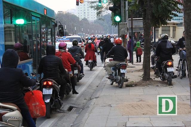 Nhiều phương tiện xe máy phải đi cả lên vỉa vè để né tắc đường.