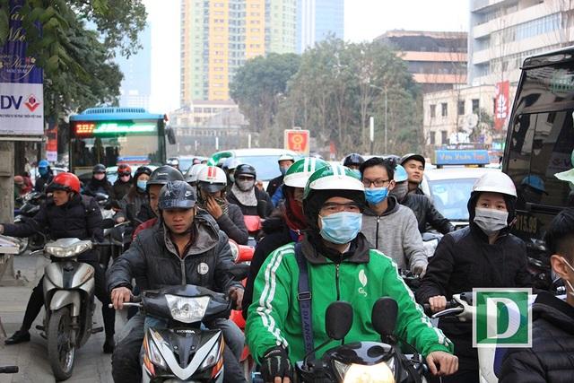 Cảnh nhích từng tí một trên đường Nguyễn Chí Thanh lúc 17h ngày 8/2.