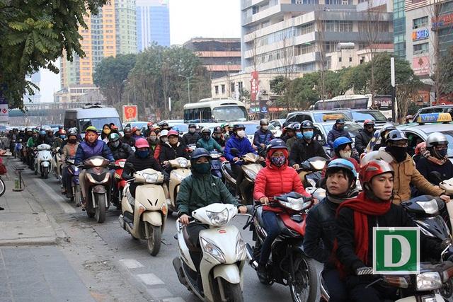 Mặc dù đường Nguyễn Chí Thanh mới được xén dải phân cách để cải thiện tình trạng ùn tắc, nhưng dường như 4 làn đường vẫn không thể chứa hết lượng người và phương tiện đông nghịt ngày giáp Tết.