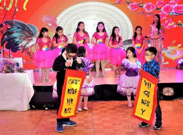 Tiết mục nhạc kịch của học sinh từ Hội văn hóa Việt ở Magdeburg