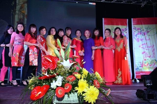 Những tà áo dài đón xuân của phụ nữ Việt tại Rostock