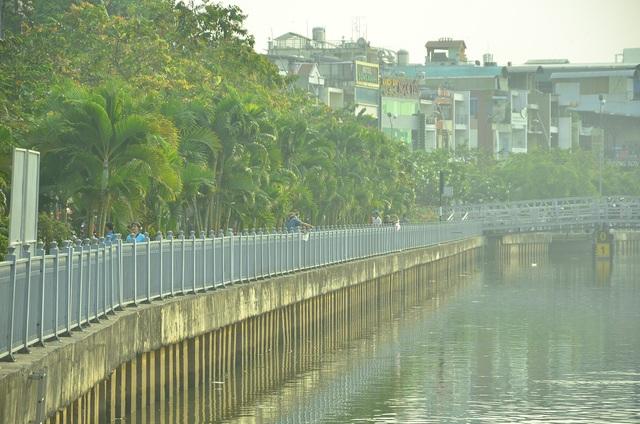 Người dân đồng loạt thả cá chép tiễn ông Táo trên kênh Nhiêu Lộc - Thị Nghè