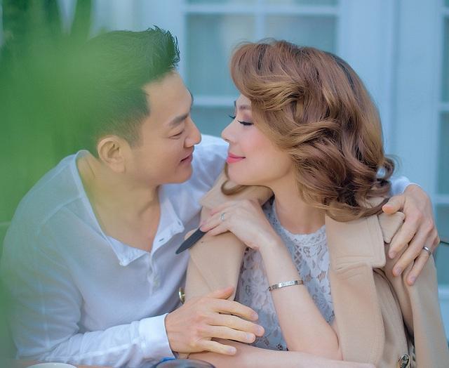 Trong loạt ảnh mới nhất, ca sĩ Thanh Thảo cùng bạn đời trao gửi cho nhau những ánh nhìn tha thiết.