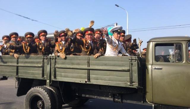 Tên lửa, xe tăng xuất hiện trong lễ duyệt binh của Triều Tiên - 13