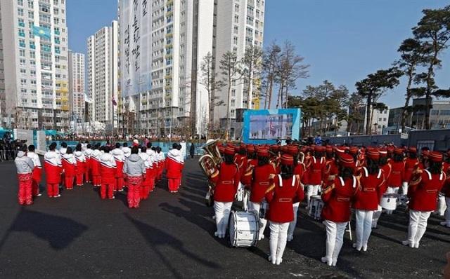 Lễ thượng cờ là một nghi thức trong sự kiện chào đón đoàn vận động viên của tất cả các nước tham dự Thế vận hội mùa Đông Pyeongchang tại Hàn Quốc năm nay. (Ảnh: EPA)