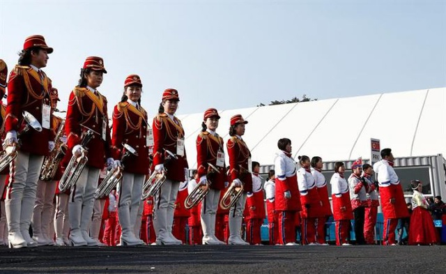 Đội cổ động Triều Tiên đã trình diễn liên tục nhiều ca khúc, trong đó có những bài hát nổi tiếng của Hàn Quốc, để khuấy động không khí tại lễ thượng cờ. (Ảnh: EPA)