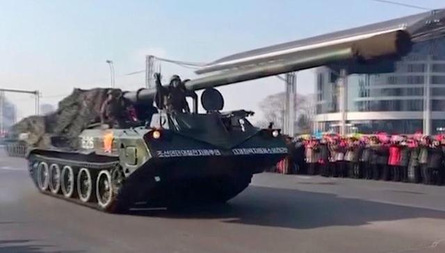 .... và xe tăng xuất hiện trong lễ duyệt binh