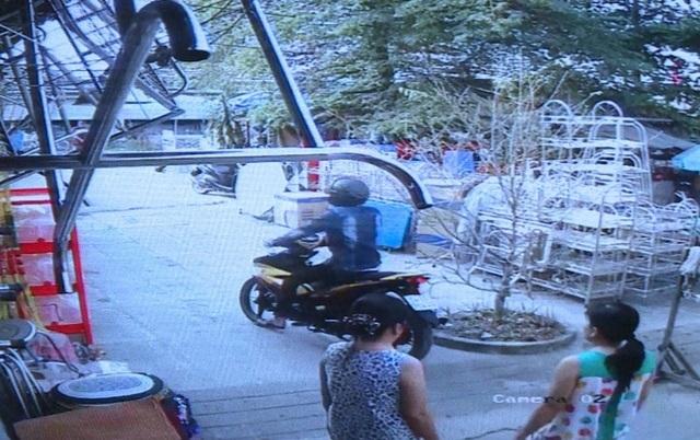Nam thanh niên điều khiển Exciter màu vàng được camera ghi hình lại.