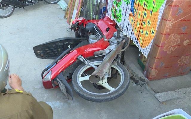 Chiếc xe máy của anh Linh bị trượt ngã tại khu vực chợ.