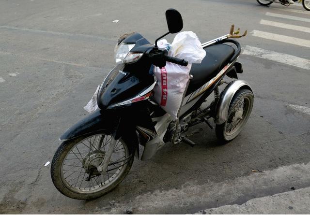 Xe máy của người phụ nữ khuyết tật được di chuyển vào sát lề đường