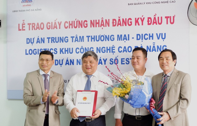 Ông Hồ Kỳ Minh, Phó Chủ tịch UBND TP Đà Nẵng trao giấy chứng nhận đầu tư cho công ty Cổ phần Logistics Công nghệ cao Đông Nam Á